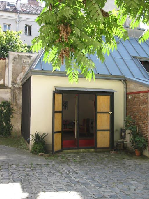 Studio rez de jardin montmartre appartements louer for Jardin a louer ile de france