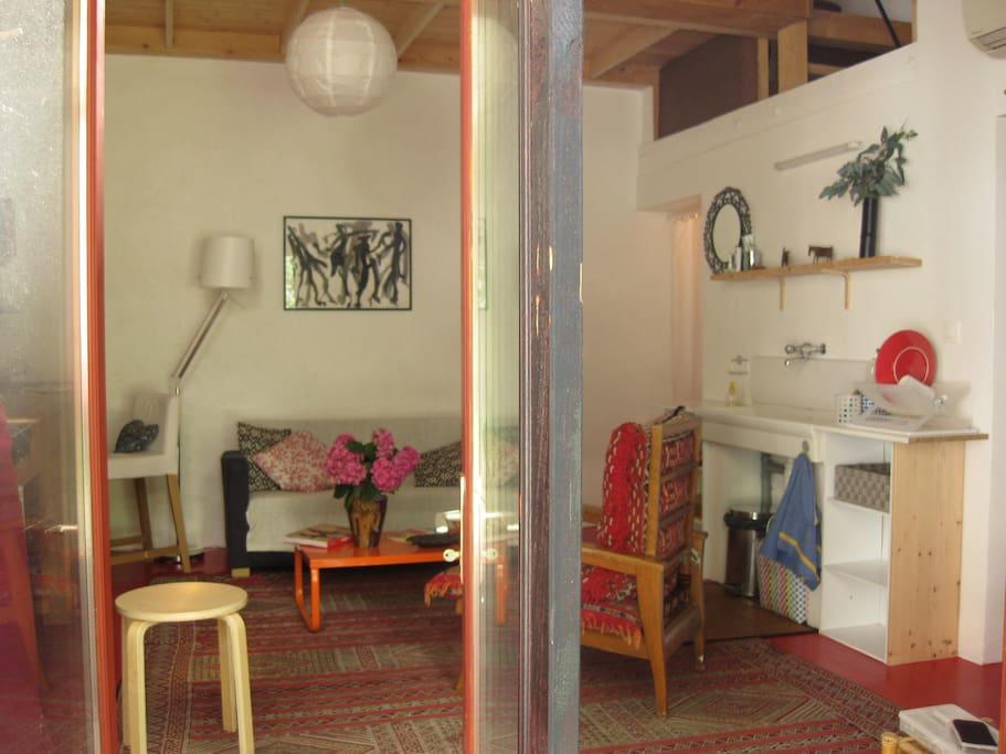 Espace integré (séjour + bureau + cuisine equipée)