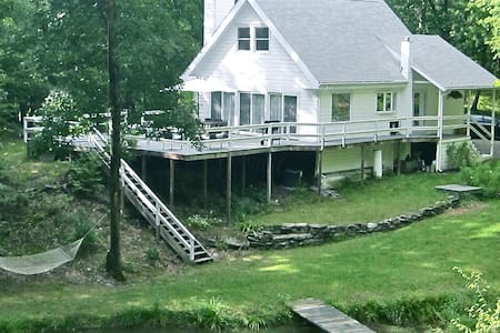 SECLUDED COUNTRY COTTAGE, POND, HOT TUB, HUDSON NY - Hudson - Casa
