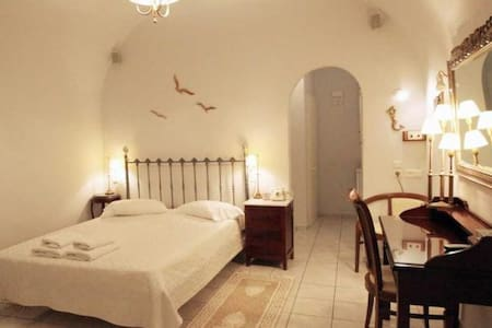 Deluxe Double room for 2 in Fira!