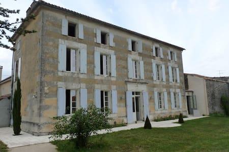 Maison de charme -Ouest Charente - DOUZAT - Huis