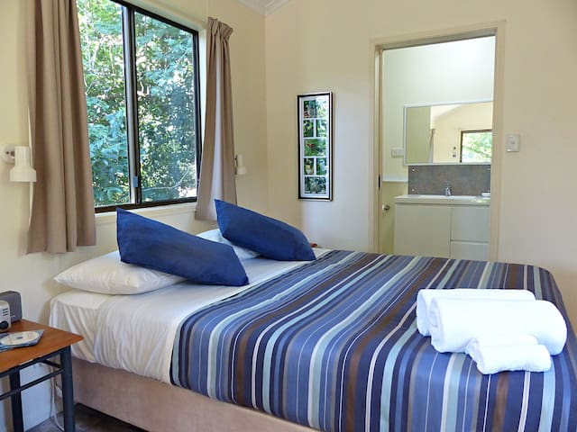 Cassowary Castle queen bed and ensuite