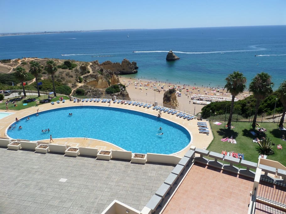 Vista da piscina do condomínio e praia Dona Ana