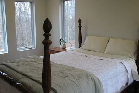 Private Setting Minutes from Mystic and Westerly - Stonington - House
