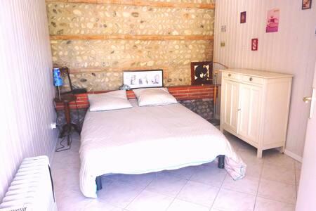 Chambre indépendante avec salle de bain.