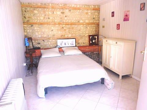 Unabhängiges Schlafzimmer mit Badezimmer.