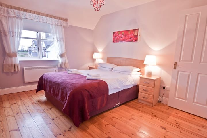 Upton Court Holiday Cottage A