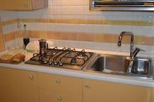 Cucina e lavello.
