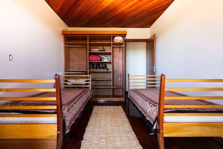 Quarto com 3 camas, uma é bicama