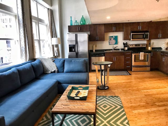 Downtown Nashville Airbnb! 50-70% off M-W! by MusicCityLoft Dolly