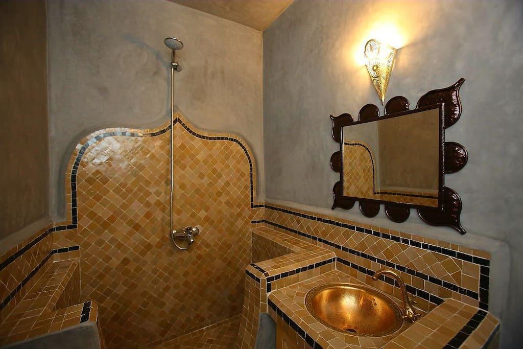 salle de bain privatives du chambres belghazi