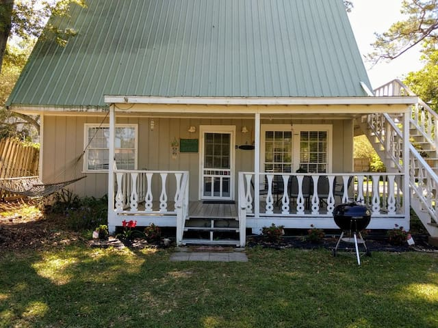 Quaint lodge in a quiet setting next to Hudson Marina on Terry C