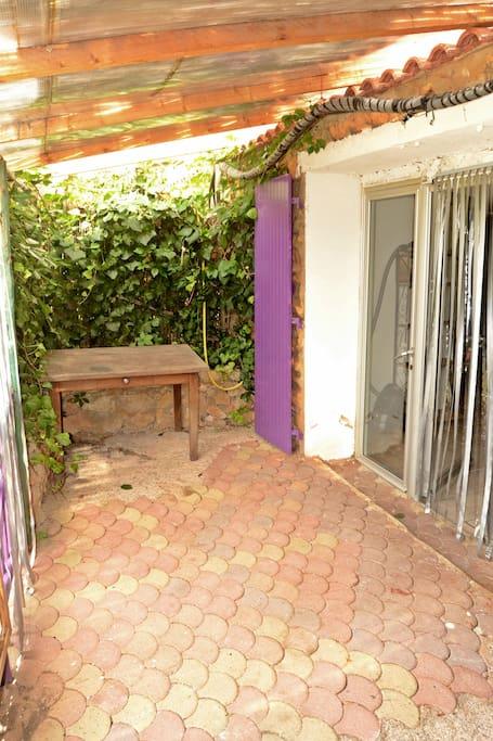 Terrasse avec table et chaise de jardin