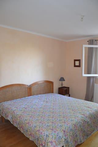 La chambre au lit queen size ultra confortable.