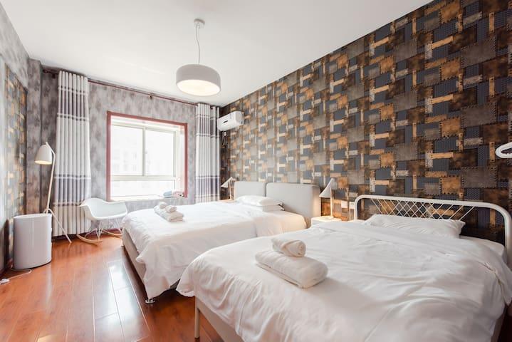 卧室一:也就是主卧,有两张床,一张1.8x2m床,一张1.2x2m床,还带一个独立卫生间。