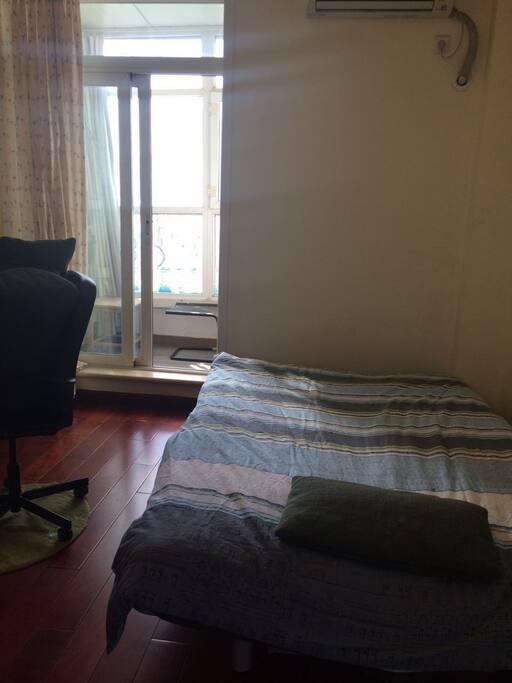 右边是电脑桌和沙发床(宜家沙发床很舒适。)