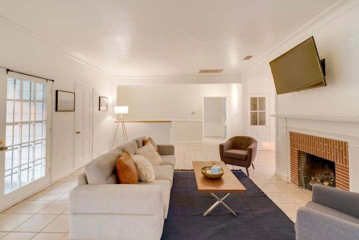 Chic 2BR Home in Beverly Hills by Zeus