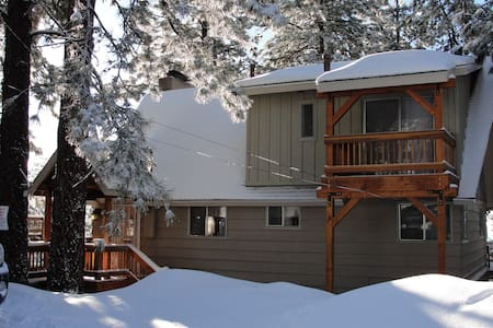 Spacious Mountain Retreat Cabin with Valley View - Running Springs - Cabane