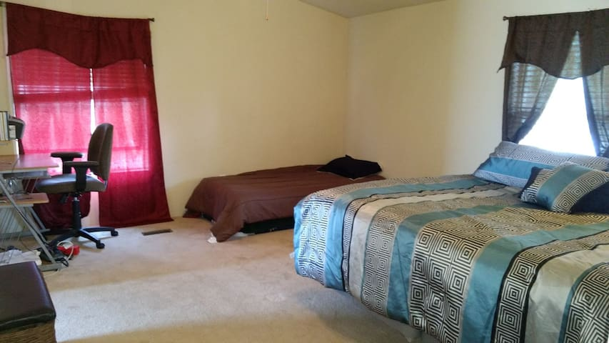 Ste w/KING and TWIN bed w/bath, 5 miles to Salida