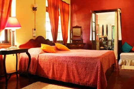 The Kandyan Manor - Pink Room - Bed & Breakfast