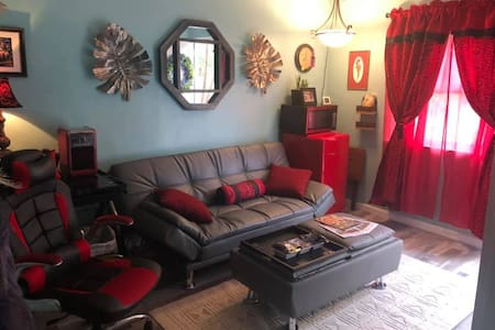 Cool studio Apt close to airport. Private entrance