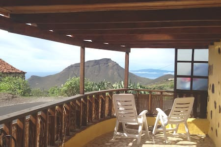 Canarian house, quietness, sea and mountain views.