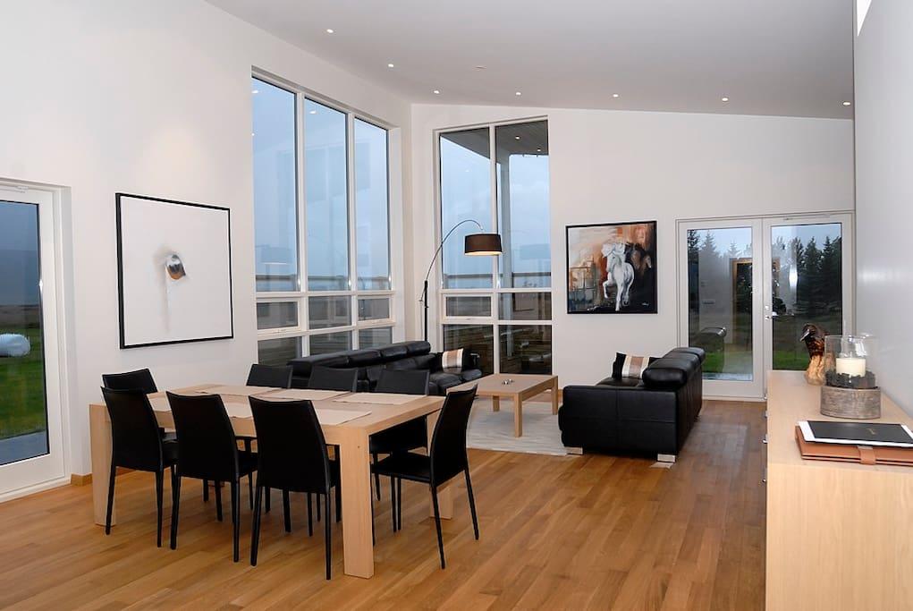 Wohn / Esszimmer mit großen Fenster und hoher Decke