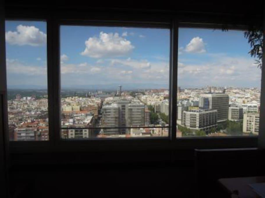 Vista hacia la Sierra de Madrid (al fondo). Palacio Zarzuela, El Pardo, Hipódromo, Golf, Campus Universidad, Museo América, Museo Trajes, Calle Princesa, Moncloa. Hospital General.