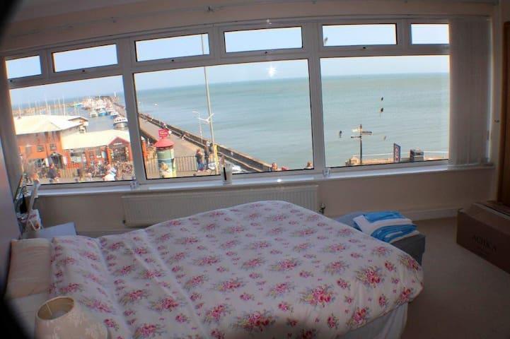 High tide on summer's day, Master bedroom