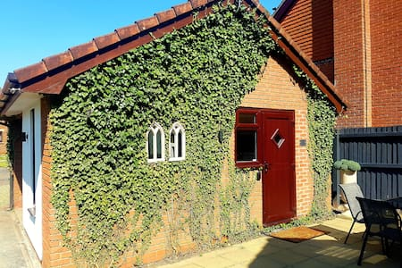Luxury Lodge, nr Zoo & Cheshire Oaks, free parking