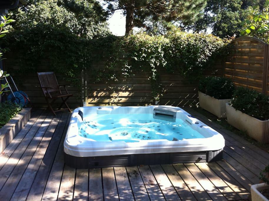 Jacuzzi pour 6 personnes ouvert de mai à septembre. L'eau est à 35° !! Participation 5€/personne