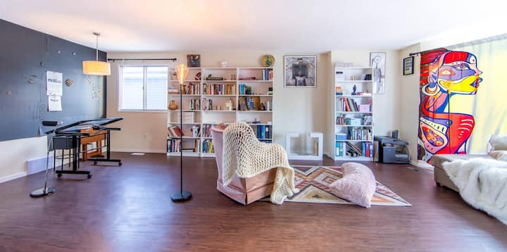 Room 1 in a Cozy Space for Creatives!
