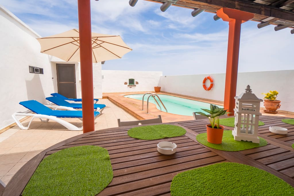 Terrace with Swimmingpool, barbecue area and sun loungers.