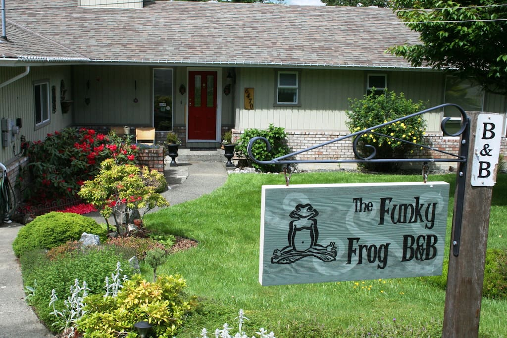 Funky Frog 5-room B&B in Maple Bay BC, sleeps up to 15 guests. Gather and socialize in the common guest lounge, fire up the BBQ for a picnic on the back deck, soothe away your stress in the hot tub, or relax in the soulful 1/2 acre garden. Best of all, le