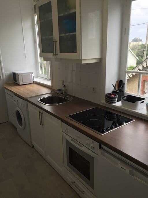 Équipements: lave-vaisselle + lave-linge + four + micro-onde + plaques vitrocéramiques......