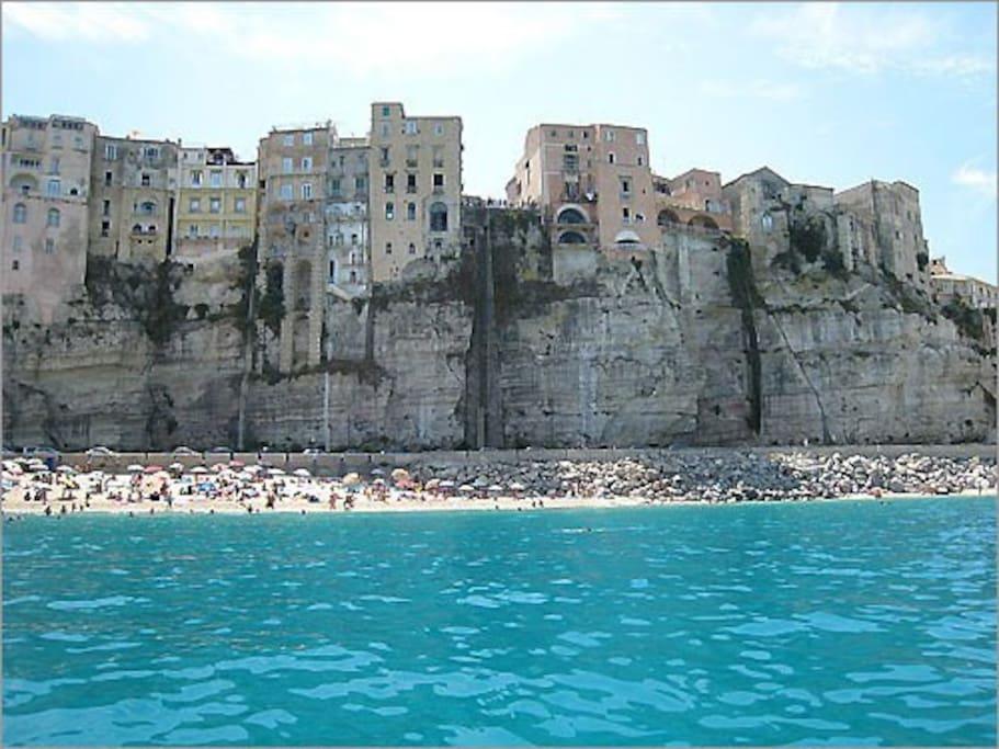 La casa è a strapiombo sul mare di Tropea, in pieno centro storico