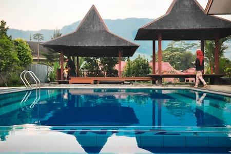Villa Finidz, Puncak | pool BBQ etc
