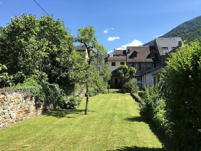 T2 et son grand jardin au centre de Luchon