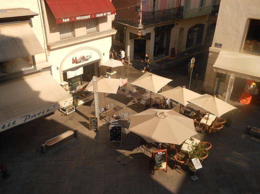 Vu depuis le l'appartement, la chambre principal se trouve sur la petite rue de l'autre cote