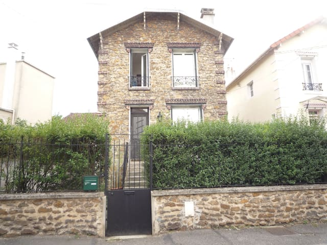 Sofa-bed behind Paris ! - Livry-Gargan - House