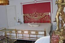 Schlafzimmer Nr. 2. Hartvergoldetes Doppelbett 2m x 2m