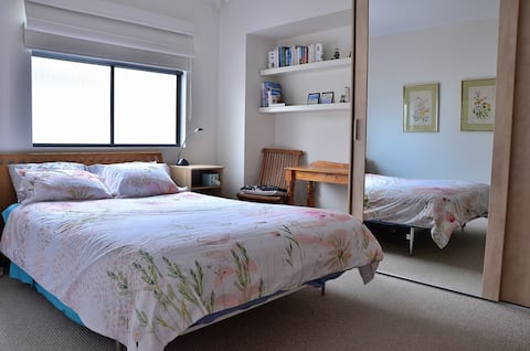 Convenient private double room by the sea