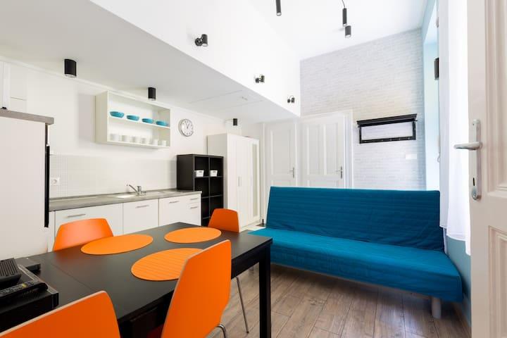 Comfortable 2 bedroom apt with code lock @subways