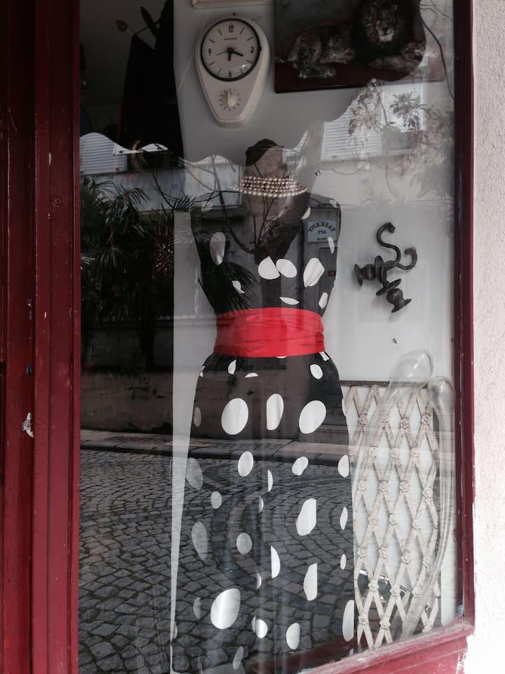 This shop's window design belongs to me.