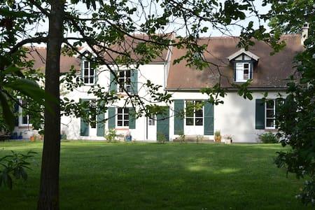2 pièces dans une magnifique villa  - Asnières-sur-Oise - Apartemen