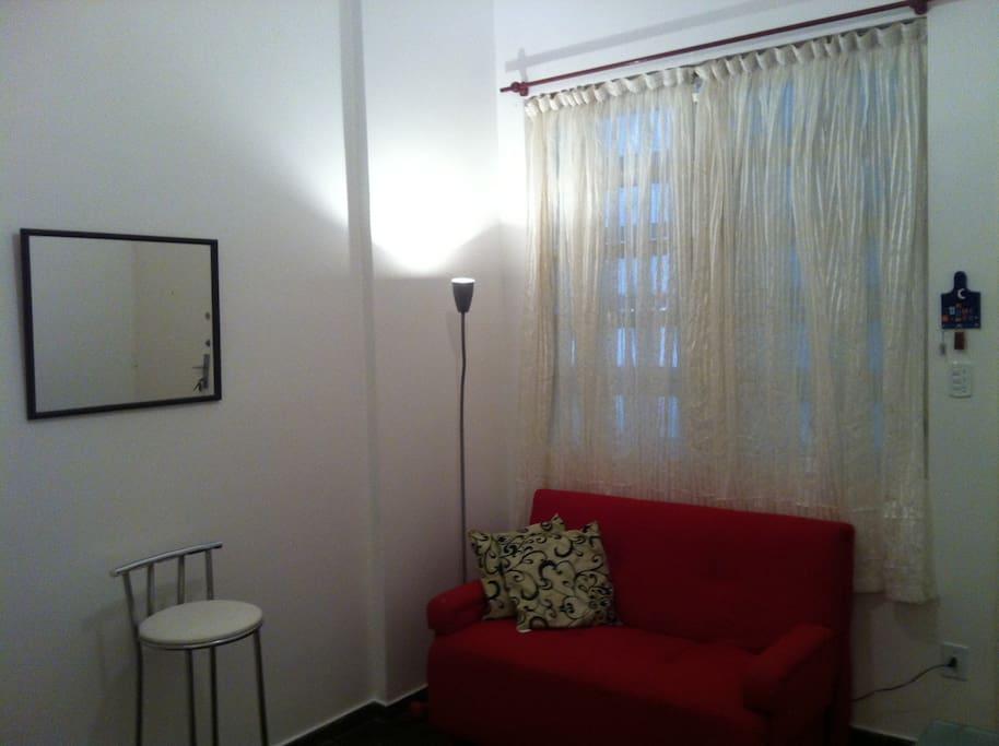Sala de estar com ventilador de teto e sofá -cama