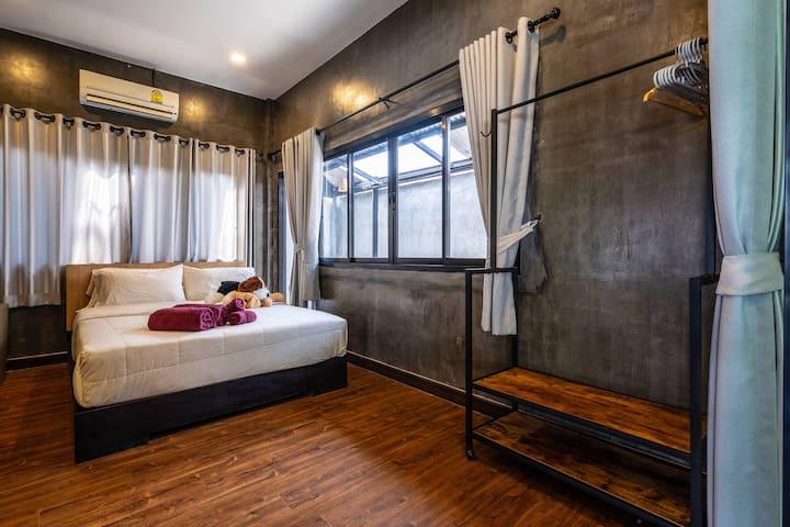 Right room, queen bed double room 右房间,大号床 双人间