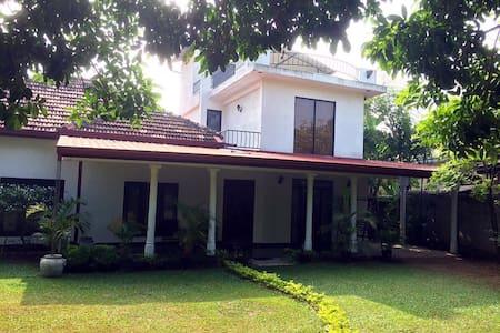 近千平米的花园、老别墅改造的loft风格洋房,闹中取静。 - Kadawatha