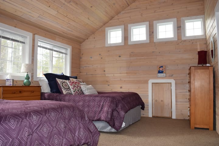Beautiful natural light/2 Queen beds with luxurious linens.