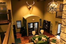 Beautiful 2-Queen Room in Breathtaking Lodge